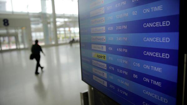 Табло с информацией об отмененных рейсах в аэропорту в Новом Орлеане
