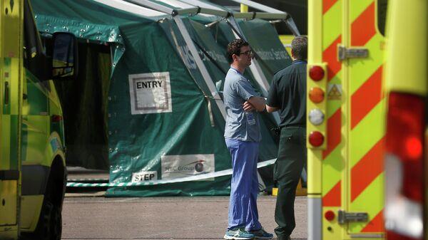 Медицинский персонал возле больницы NHS Nightingale Hospital в Лондоне