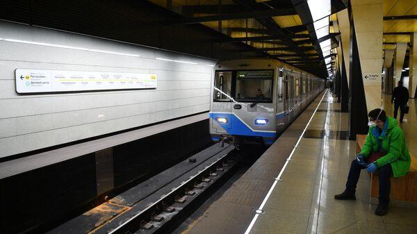 Поезд прибывает на станцию Шелепиха Солнцевской линии Московского метро