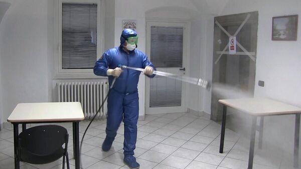 Российский военный специалист проводит дезинфекцию в домах для пожилых людей в Италии