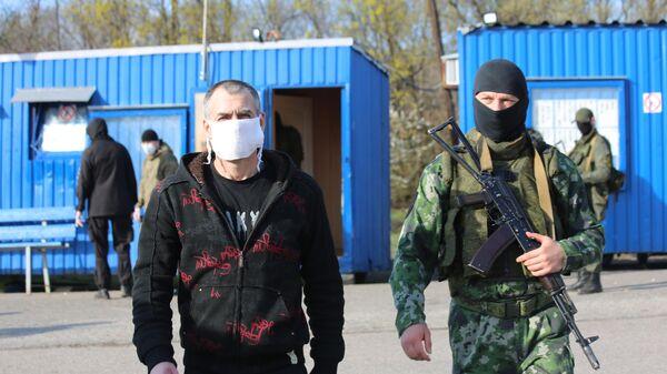 Обмен пленными между ДНР и Киевом на КПП на окраине города Горловка в Донецкой области