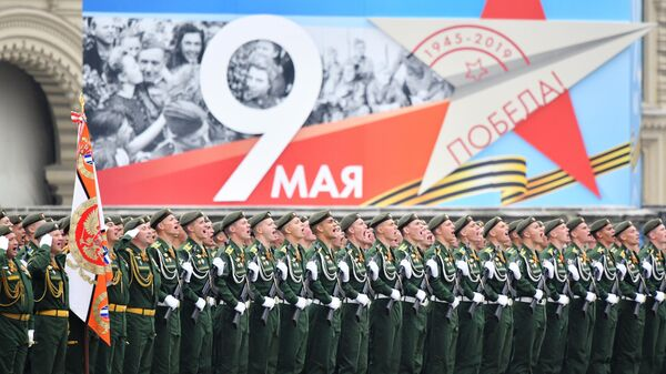 Военнослужащие на военном параде на Красной площади