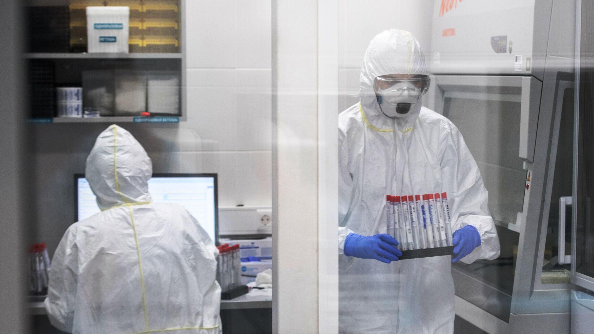 Сотрудники лаборатории Инвитро проводят тесты на коронавирус - РИА Новости, 1920, 16.01.2021
