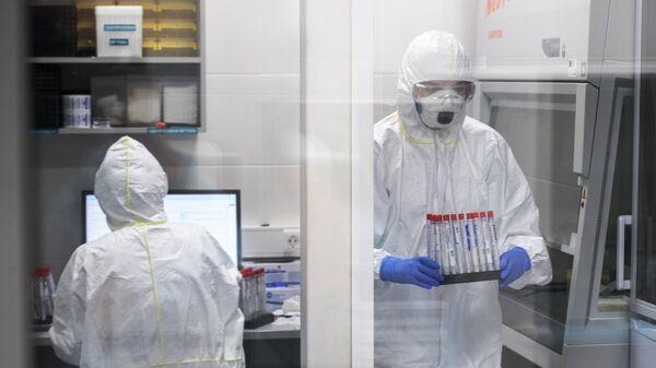 Сотрудники лаборатории Инвитро проводят тесты на коронавирус