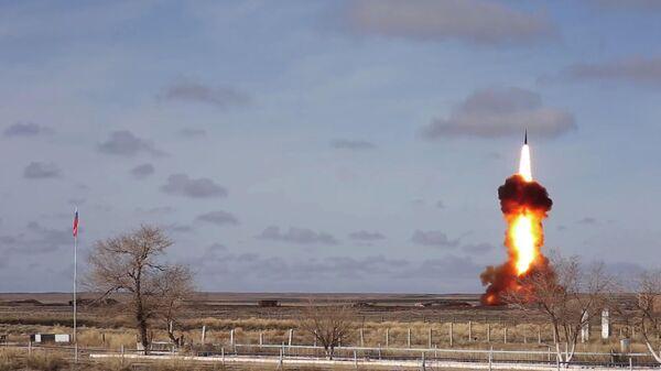 Испытательный пуск новой модернизированной ракеты российской системы ПРО на полигоне Сары-Шаган. Стоп-кадр с видео, опубликованного Министерством обороны РФ