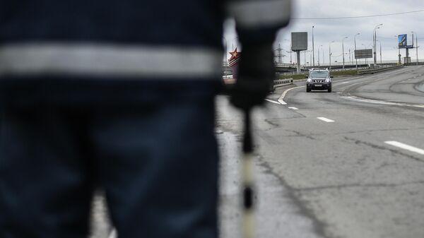 Инспектор дорожно-патрульной службы во время дежурства на посту в Москве