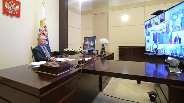 Президент РФ Владимир Путин проводит в режиме видеоконференции совещание