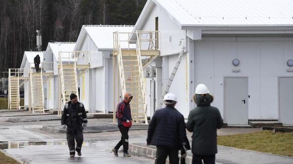 Рабочие на территории инфекционного центра в Новой Москве