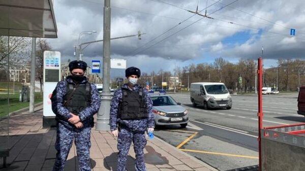 Сотрудники Росгвардии во время патрулирования улиц в Москве