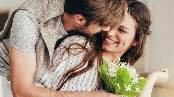 Молодая пара с цветами