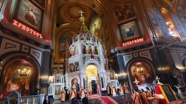 В храме Христа Спасителя в Москве во время праздничного пасхального богослужения