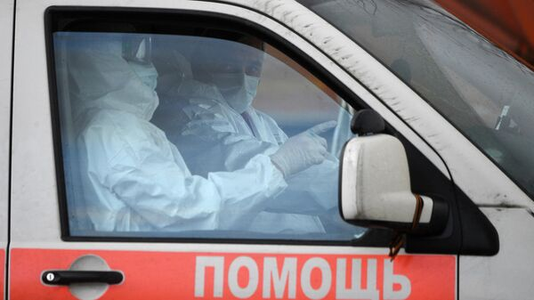Медицинские работники в автомобиле скорой помощи