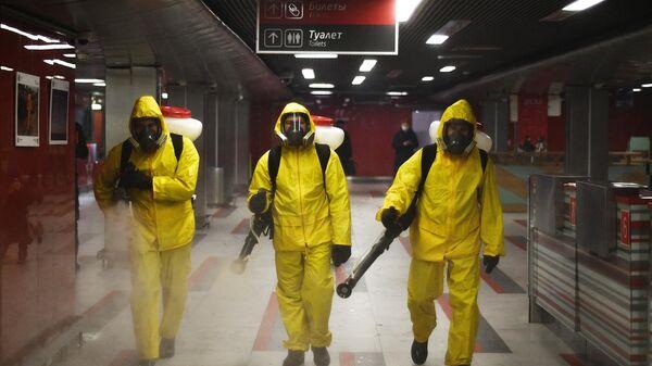 Сотрудники центра по проведению спасательных операций особого риска Лидер МЧС РФ проводят обработку помещений Ярославского вокзала в Москве