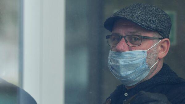 Бывший директор Гоголь-центра Алексей Малобродский перед зданием Мещанского суда Москвы