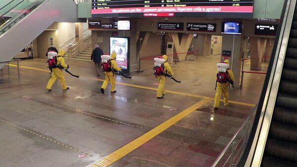 Сотрудники МЧС России провели дезинфекцию Ленинградского вокзала в Москве