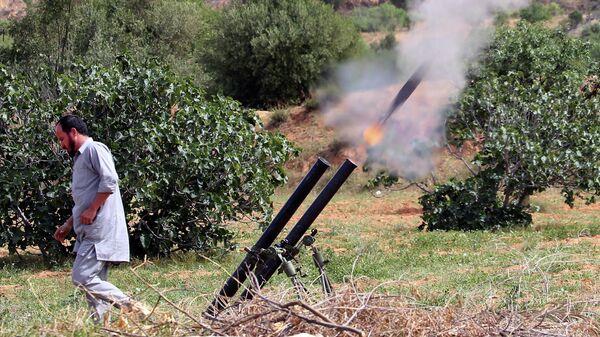 Боец правительства национального согласия Ливии запускает ракеты с позиции около города Гарабулли в направлении города Тархуна, удерживаемого Ливийской национальной армией