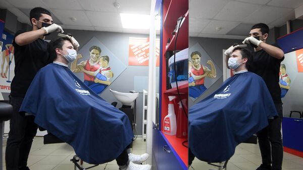 Посетитель в защитной маске в парикмахерской Супермен в Казани