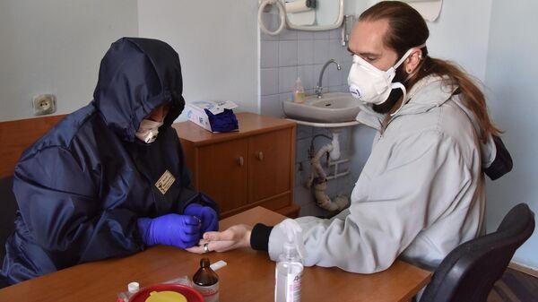 Прохождение экспресс-тестов на выявление коронавируса в одной из районных поликлиник Львова