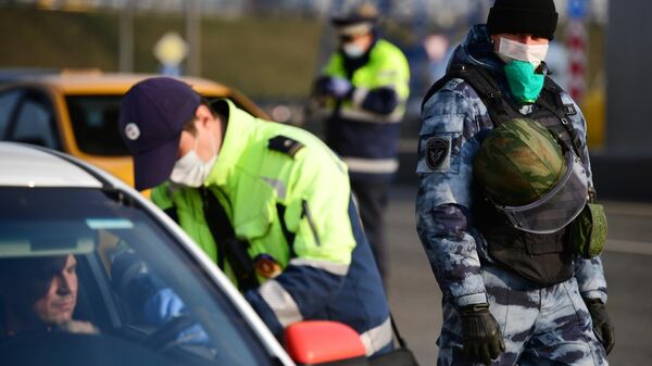 Сотрудник Московской административной дорожной инспекции на блокпосту на въезде в Москву