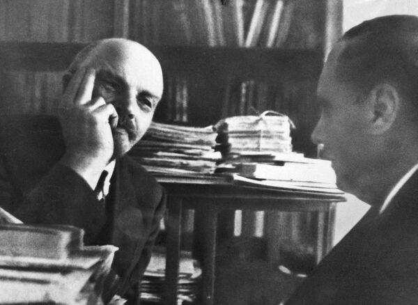 Владимир Ильич Ленин беседует с английским писателем Гербертом Уэллсом 5 октября 1920 года