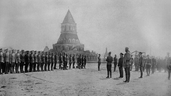 Владимир Ильич Ленин принимает парад 11 выпуска командиров первых Московских пулемётных курсов