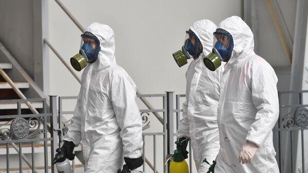 Сотрудники МЧС РФ проводят дезинфекцию на Киевском вокзале в Москве в рамках мер по профилактике коронавирусной инфекции