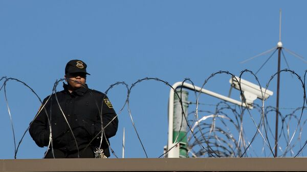 Охранник на службе в исправительном учреждении в Честере, штат Пенсильвания, США
