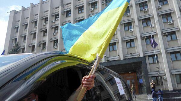 Участник акции предпринимателей под лозунгом Нет двойным стандартам у здания Одесской облгосадминистрации