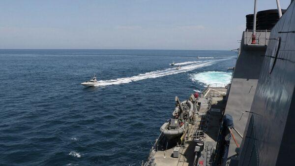Военные катера Ирана рядом с американским эсминцем Paul Hamilton в Персидском заливе