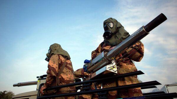 Иранские военные в защитных костюмах