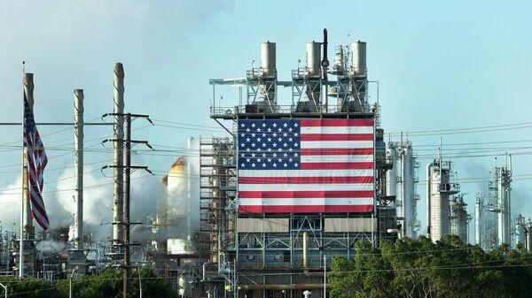Флаг США на нефтяном месторождении Уилмингтон, Калифорния