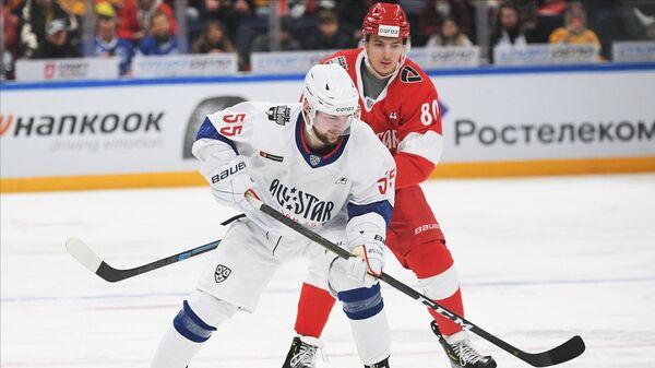Егор Морозов (справа)