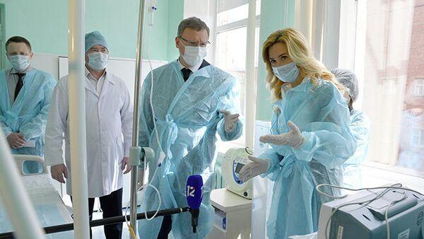 Губернатор Омской области Александр Бурков во время посещения роддома №4 в Омске