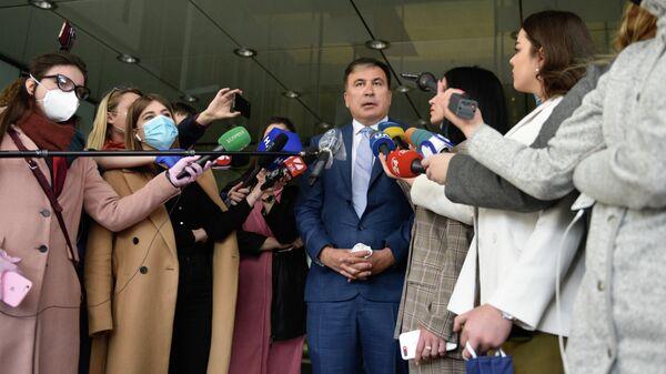 Михаил Саакашвили отвечает на вопросы журналистов перед началом встречи с депутатами фракции Слуга народа в Киеве. 24 апреля 2020