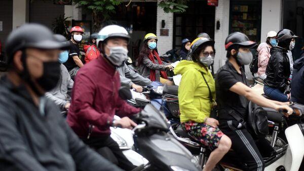 Люди на мопедах в Ханое, Вьетнам