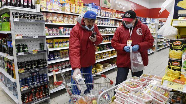 Волонтеры закупают продукты питания пенсионерам и неполным многодетным семьям