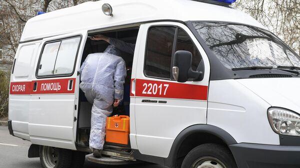 Автомобиль скорой помощи у приемного покоя Покровской больницы в Санкт-Петербурге