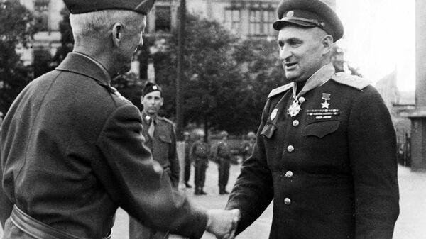 Командарм А.С.Жадов приветствует командарма Ходжеса на фоне американского почетного караула.
