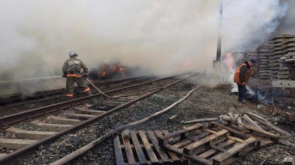 Пожар на складе со шпалами в Оренбурге