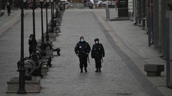 Сотрудники полиции на улице Кузнецкий мост в Москве в дни действия режима повышенной готовности из-за коронавируса