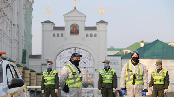 Сотрудники полиции и Национальной гвардии Украины у въезда на территорию Киево-Печерской лавры, закрытой на карантин