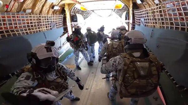 Российские десантники совершают групповое десантирование в экстремальных условиях Арктики в районе архипелага Земля Франца Иосифа
