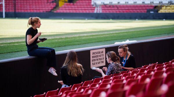 Сотрудники клиники взяли перерыв на домашней арене футбольного клуба Уотфорд Викарейдж Роуд
