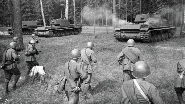 Советские тяжелые танки КВ-1 выходят на позицию для атаки. Западный фронт