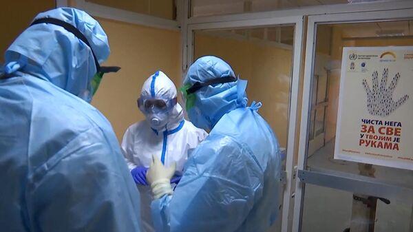 Российские военные врачи и медицинский персонал совершают обход в больнице города Вршац в Сербии.