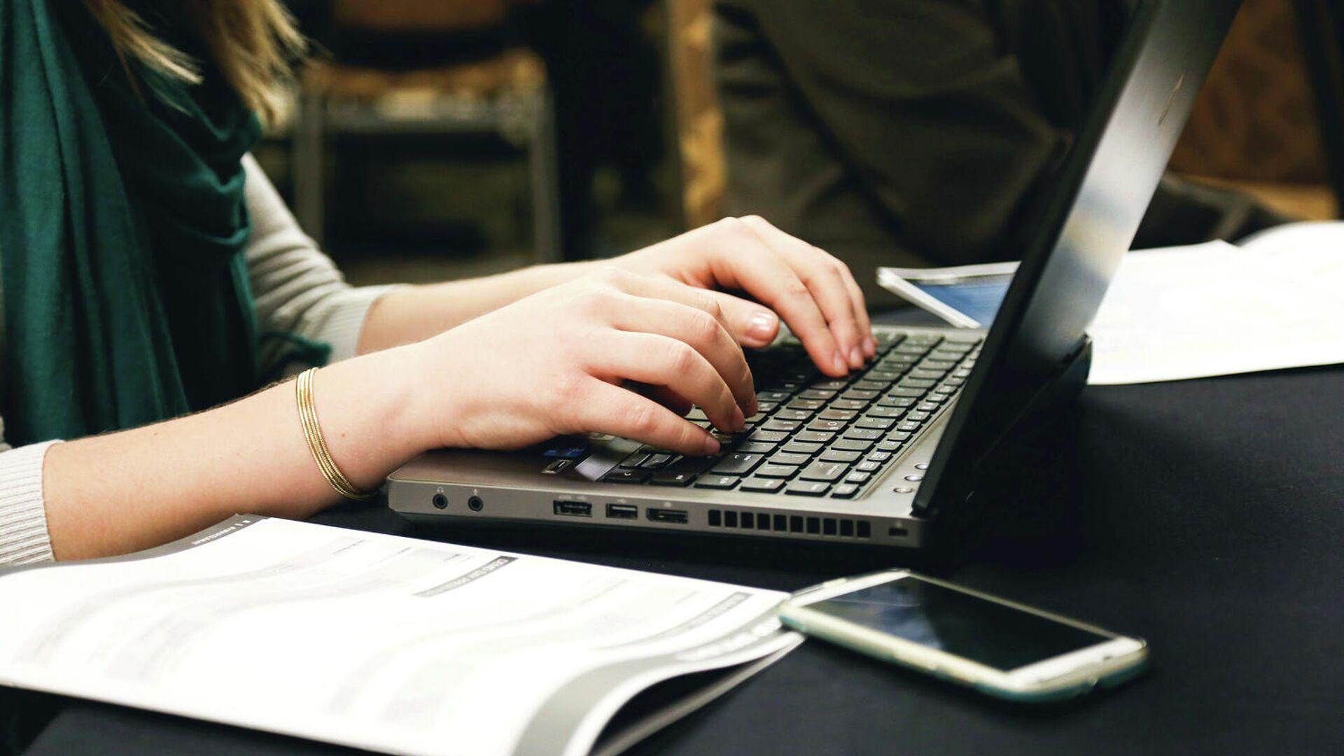 Девушка работает на компьютере - РИА Новости, 1920, 16.03.2021