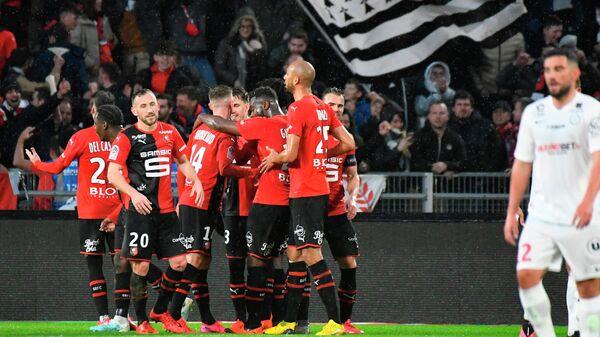 Футболисты Ренна празднуют гол в матче чемпионата Франции против Монпелье