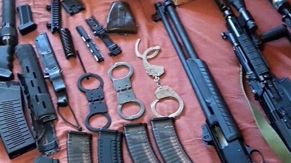 Оружие и боеприпасы, изъятые сотрудниками ФСБ в ходе обыска у членов преступной группы, причастной к восстановлению боевых свойств гражданских образцов оружия и изготовлению боеприпасов. Стоп-кадр видео