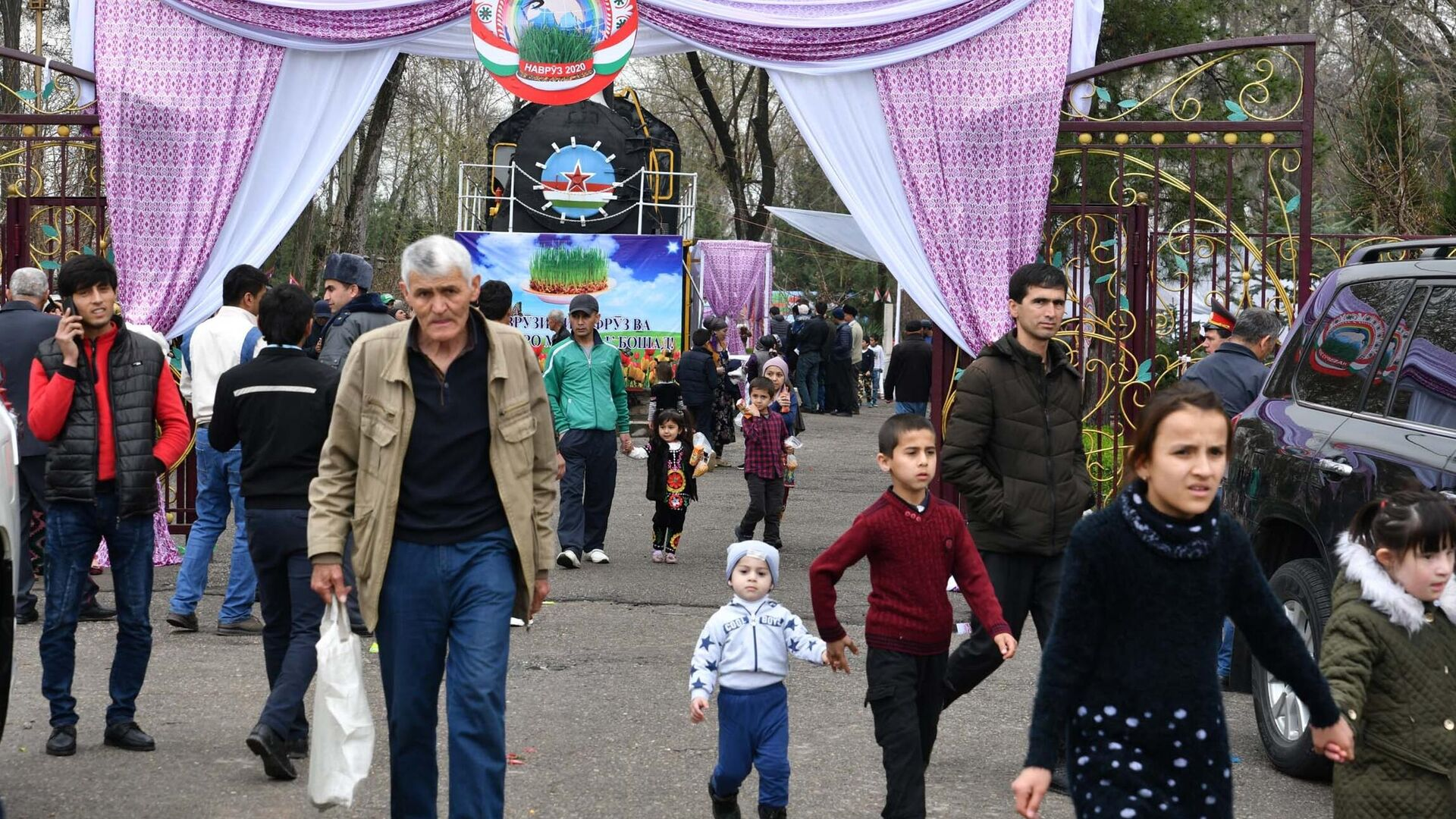 Жители Душанбе во время празднования Навруза - РИА Новости, 1920, 08.01.2021
