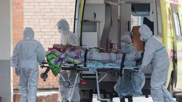 Медицинские работники транспортируют пациента на территории ФМБА в Химках